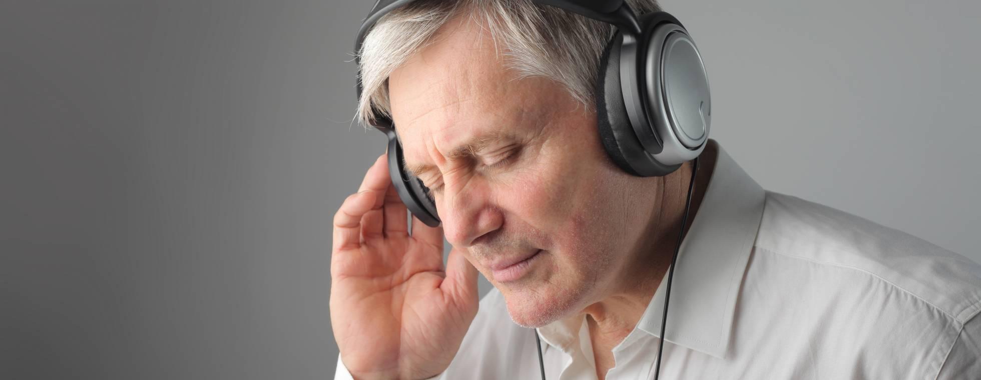 Mann mit geschlossenen Augen und Kopfhörern