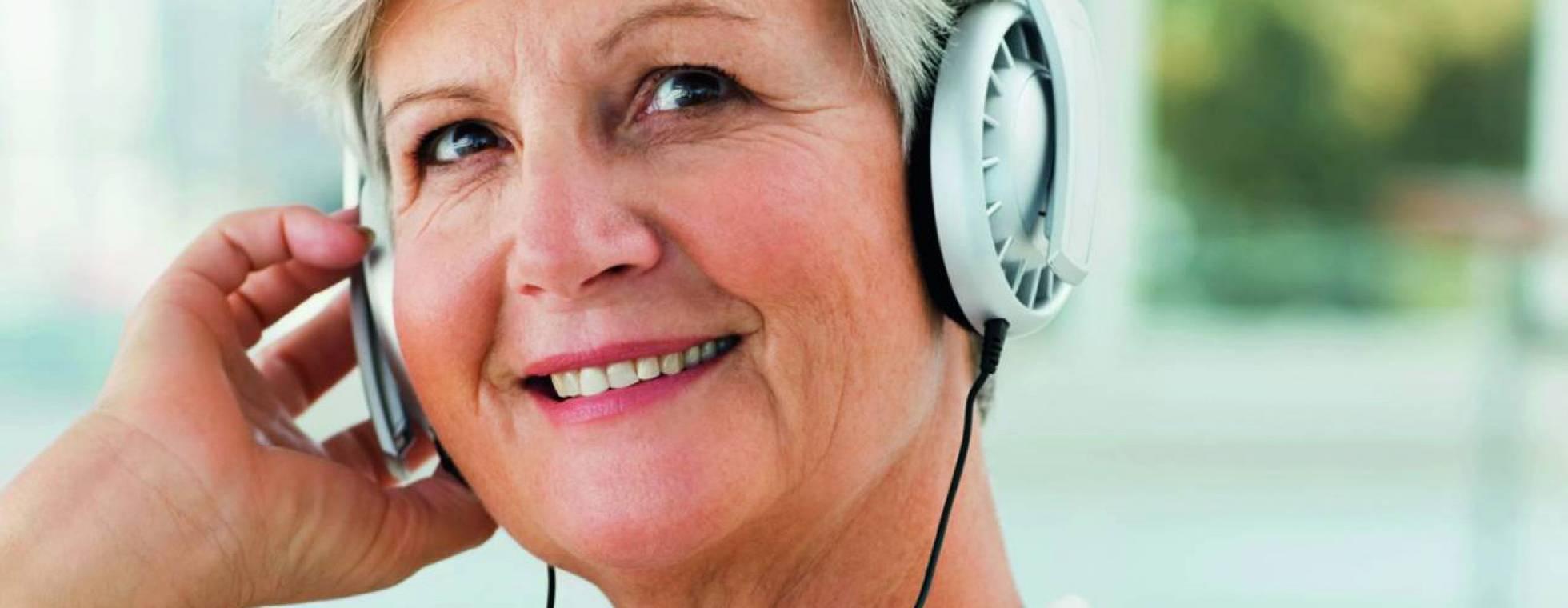 Senorin mit Kopfhörern