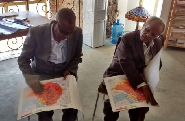 zwei blinde Menschen lesen eine Reliefkarte