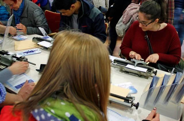 mehrere Menschen schreiben an einer Pichtmaschine zur Museumsnacht 2016