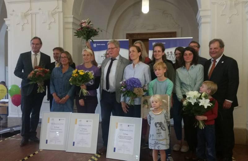 Prof. Dr. Kahlisch, Prof. Jana Zehle, OBM B. Jung sowie weitere Preisträger sind auf der Bühne