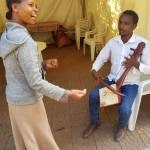 Musizieren mit zwei Personen bei der NGO TOGETHER