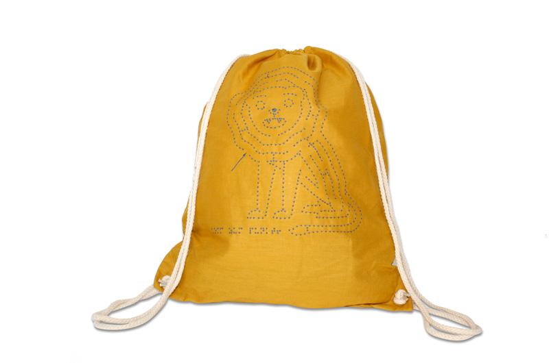 Traegerucksack aus Baumwolle in der trendigen Farbe senfgelb mit Löwenmotiv