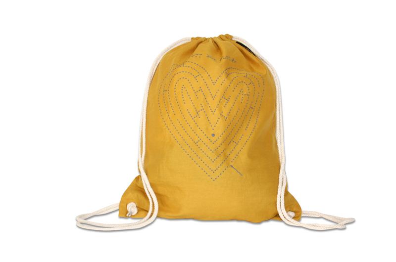 senfgelber Hipster Bag mit taktilem Herzmotiv
