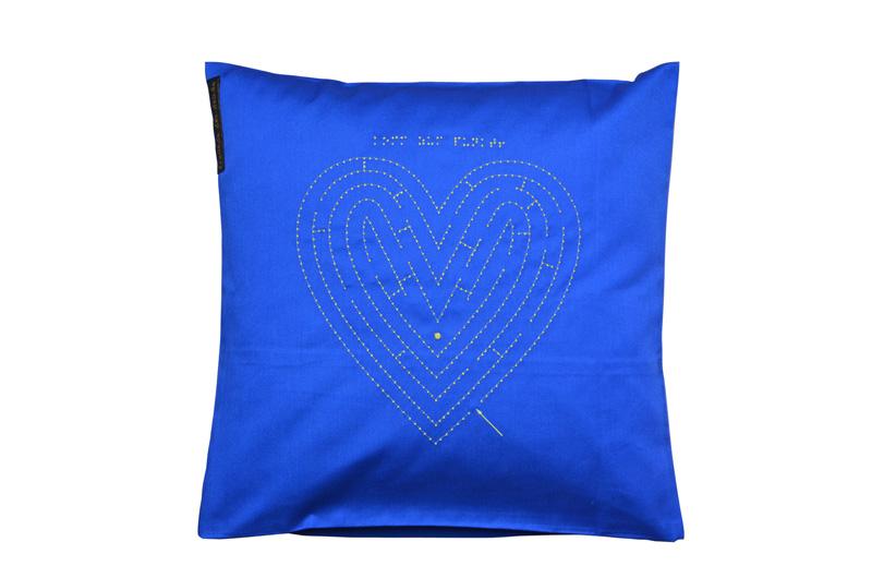 Safirblaue Kissenhülle mit Herz-Motiv