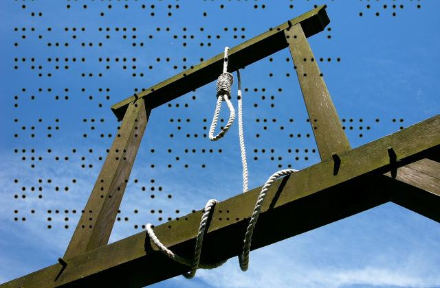 Holzgalgen mit Strick über Brailleschrift-Punkten