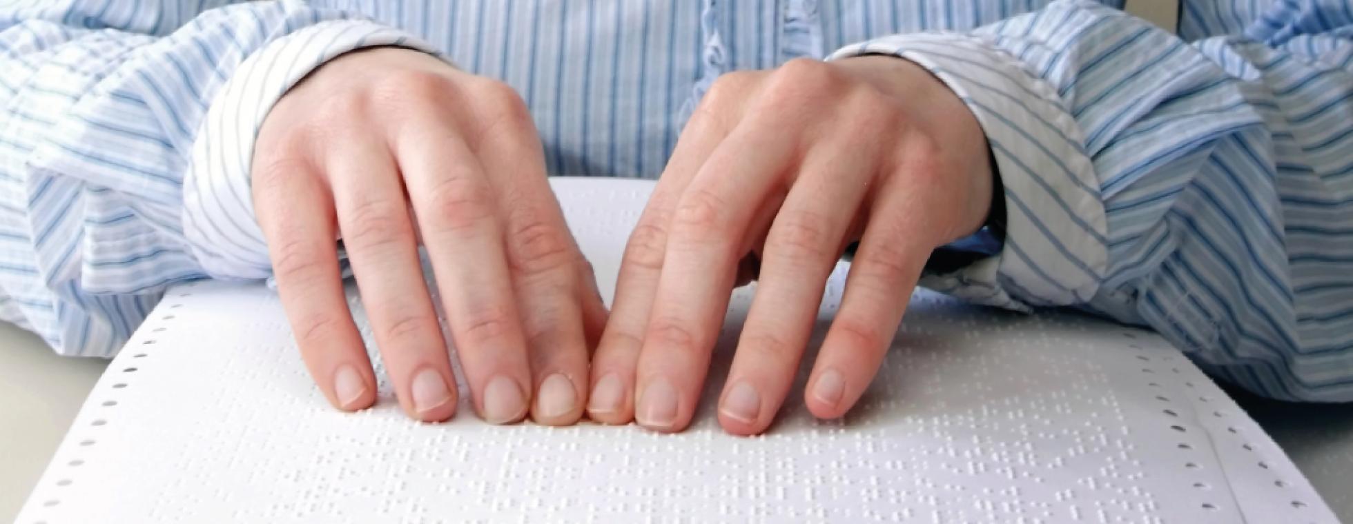 Hände lesen Brailleschrift
